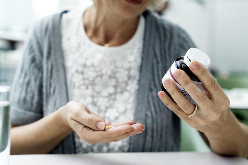 Frau nimmt Medikamente