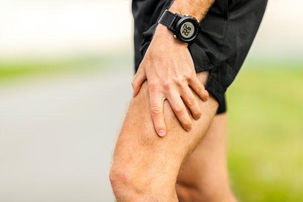 Mann hat durch eine Thrombose Schmerzen in seinem Bein beim Sport. Die Apotheke Unter Linden oder Stein Apotheke hilft