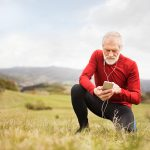 Aktiver alter Mann beugt seinen Kopfschmerzen vor indem er Sport macht